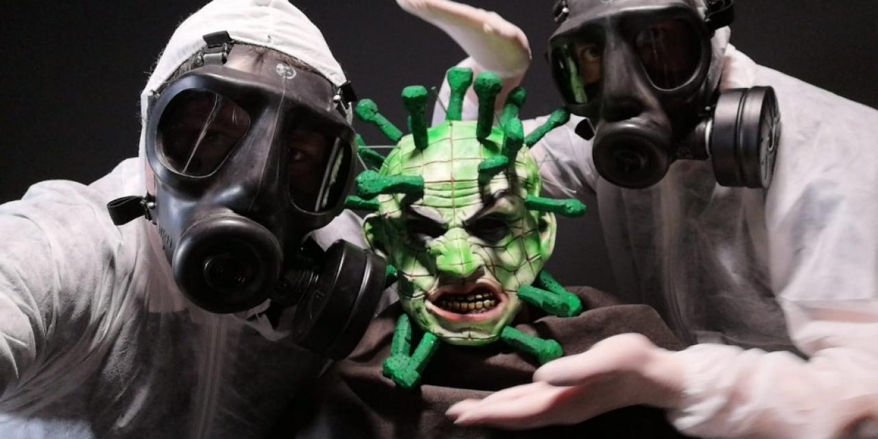 Korona virüs salgınına dikkat çekmek için virüs kılığında sokağa çıktılar