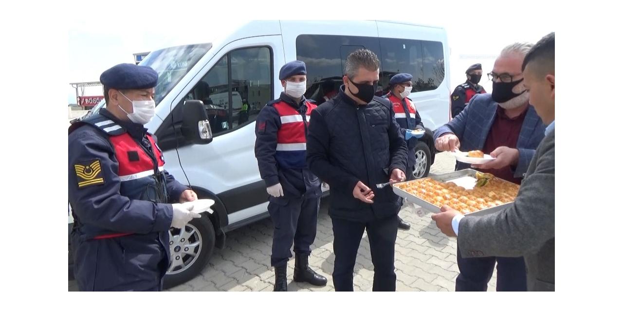 10 Nisan'da polis ekiplerine tatlı ikramıyla moral desteği