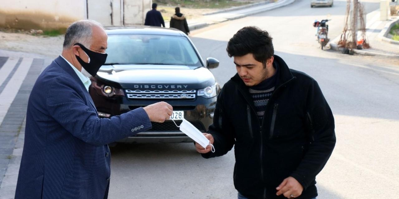 Belediye Başkanı Karadağ vatandaşlara maske dağıttı