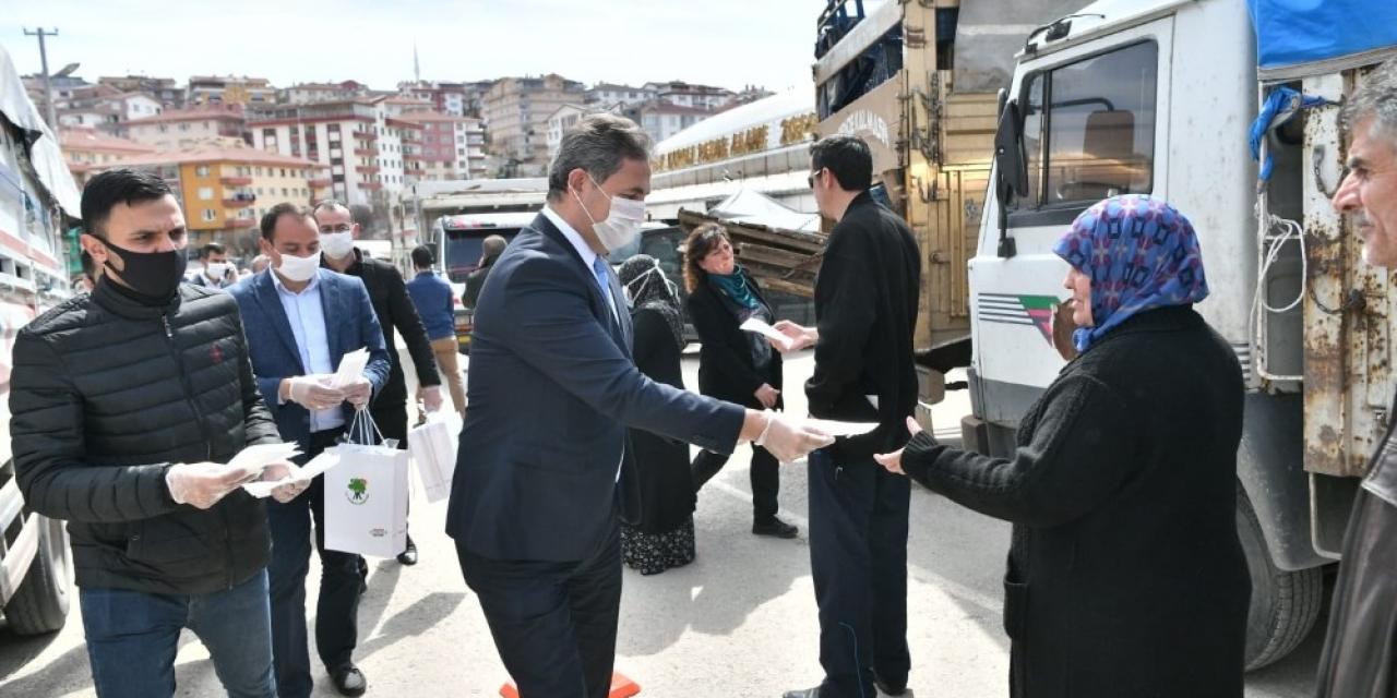 Başkan Köse esnafa maske ve eldiven dağıttı