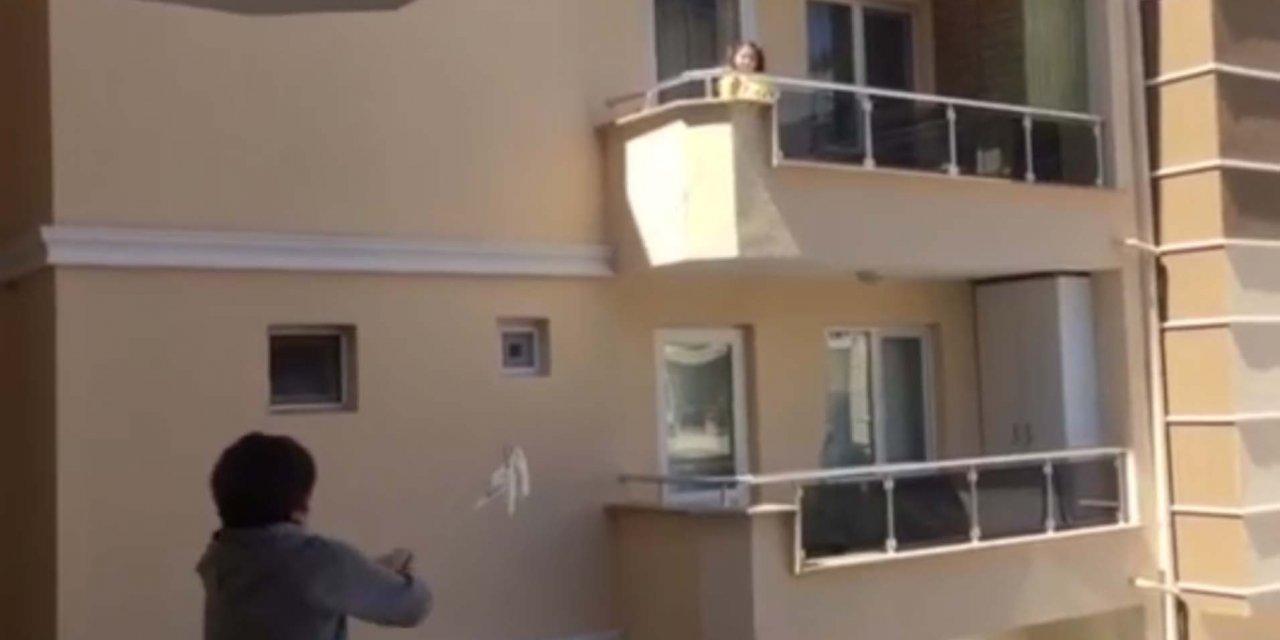 Çocuklar, balkonlar arasına kurdukları düzenekle mesajlaşıp, eğlendi
