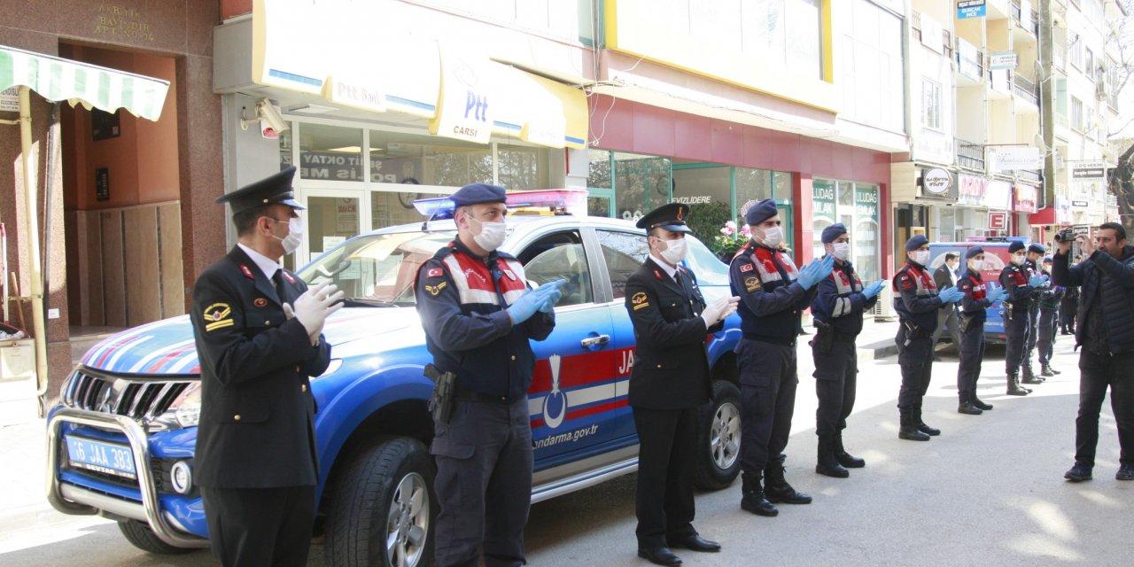 Jandarmadan polise alkışlı kutlama