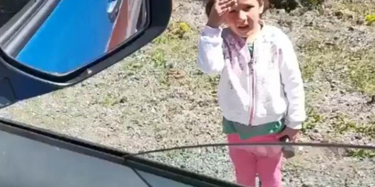 Artvin'de jandarmaya selam veren minik kız yürekleri ısıttı
