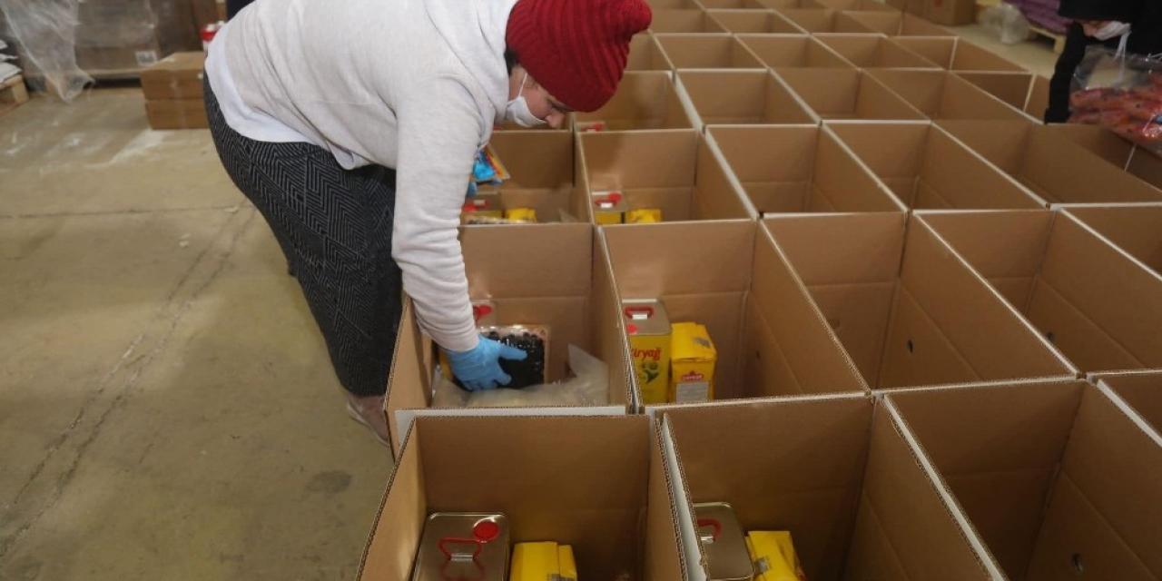 Bandırma'da ihtiyaç sahiplerine yardım dağıtılıyor