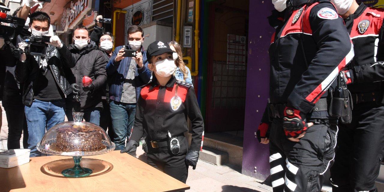 İhbara giden polis ekibine 'pastalı' kutlama