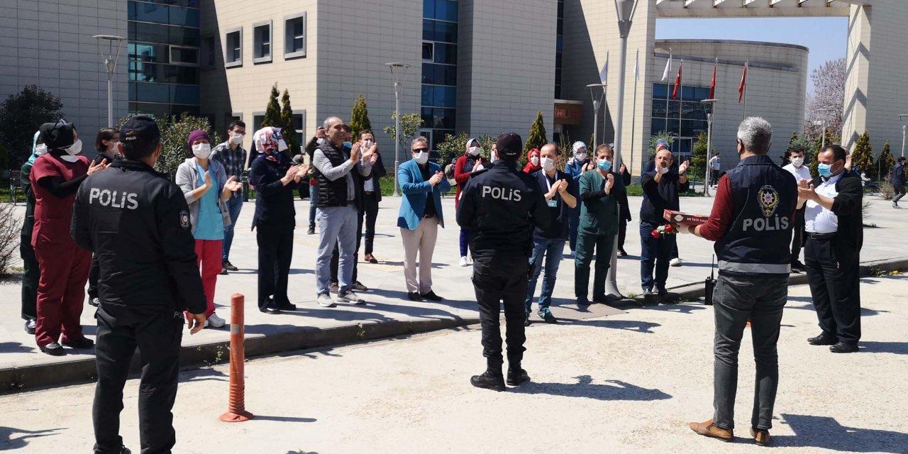 Sağlık çalışanlarından polis ekiplerine alkışlı kutlama