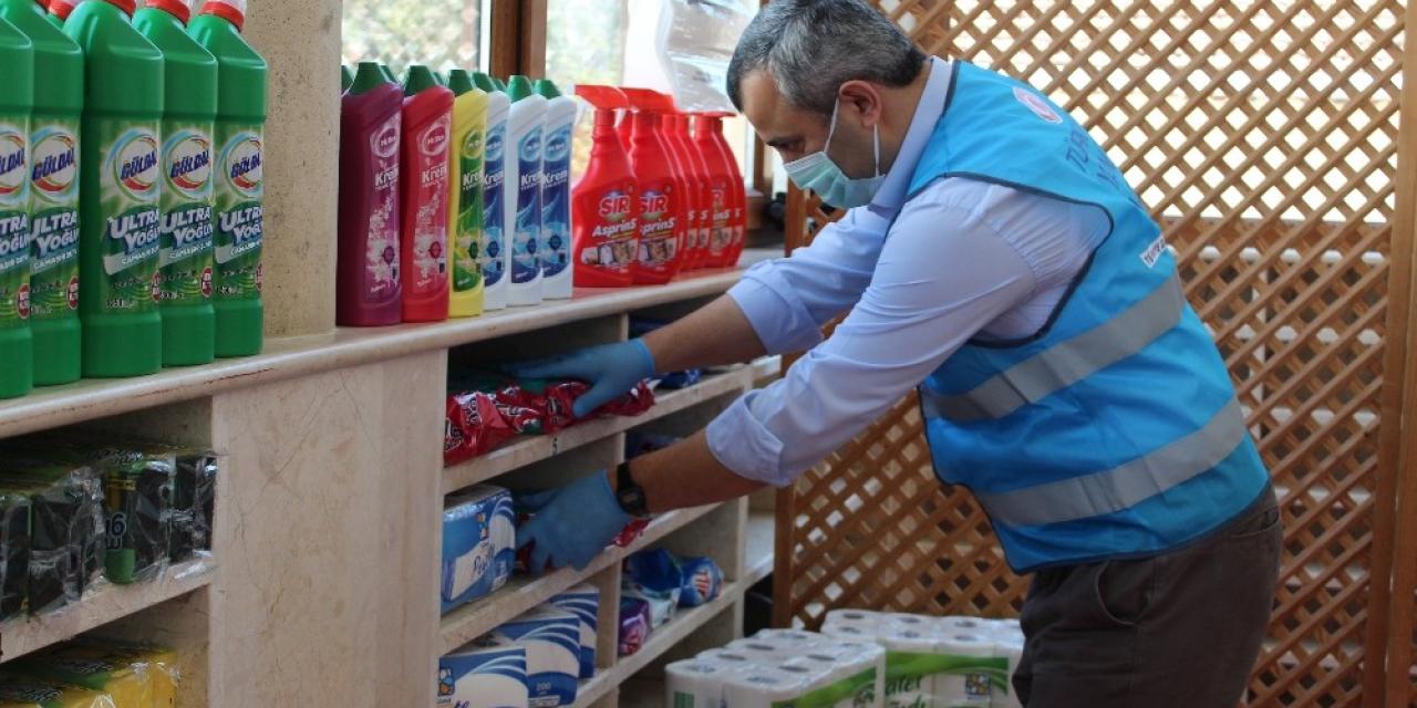 Sarıyer'deki camide korona virüsten etkilenen vatandaşlara erzak yardımı