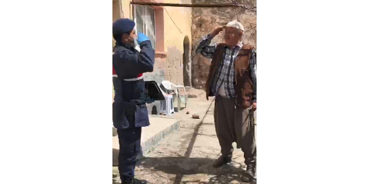 Emekli maaşını evine getiren jandarmayı asker selamıyla karşıladı