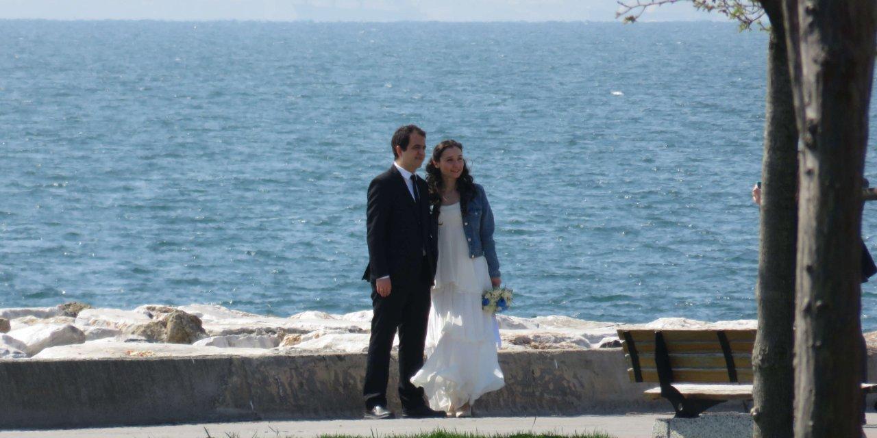 """Maltepe sahilinde nikah öncesi 'sosyal mesafesiz""""  hatıra fotoğrafı"""