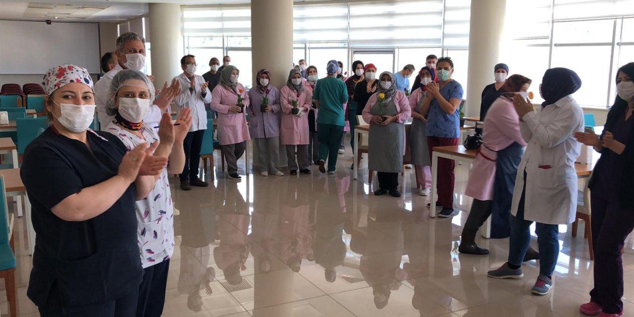 Sağlık çalışanlarından, temizlik personeline alkışlı teşekkür