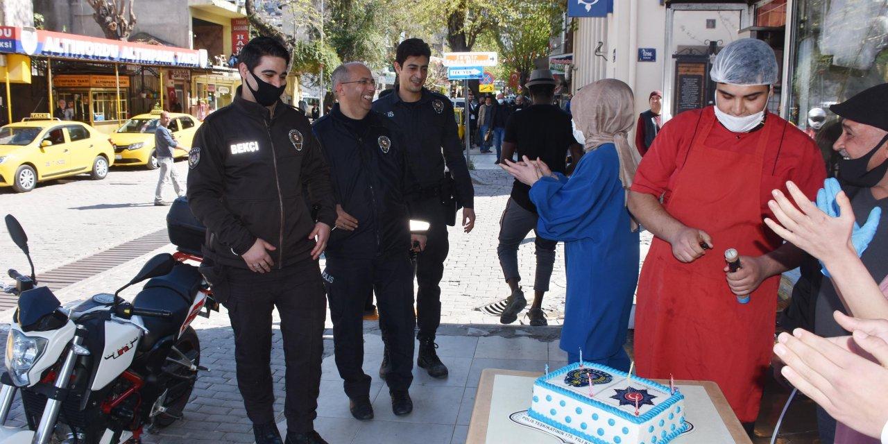 Kavga ihbarına gelen polislere pasta sürprizi