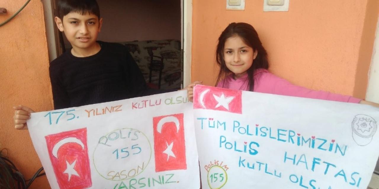 Evden çıkamayan çocuklar Polis Haftasını balkondan kutladı
