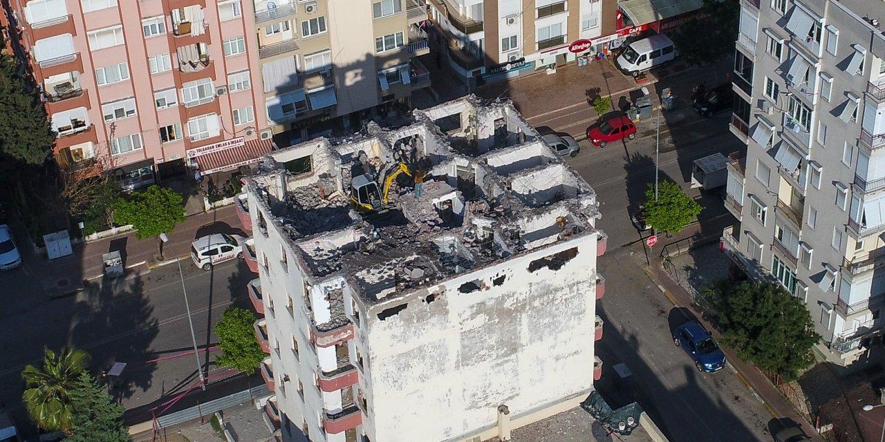 7 katlı binanın çatısında iş makinesiyle yıkım merakla izlendi