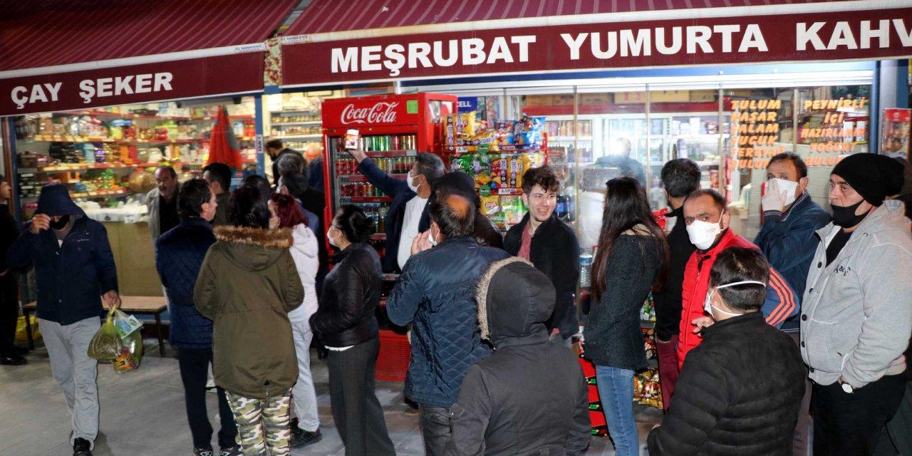 Kayseri'de sokağa çıkma yasağını duyanlar market ve fırınlara koştu
