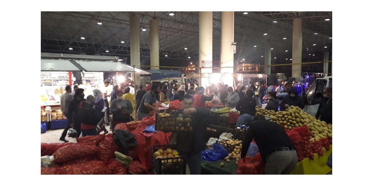 Bursa'da yarın açılacak pazara vatandaşlar gece akın etti