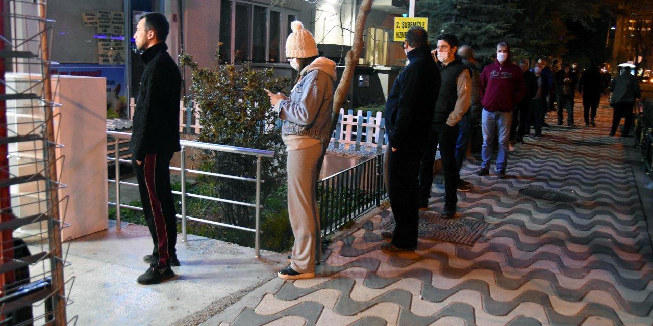 Eskişehir'de market ve fırınlarda uzun kuyruklar oluştu