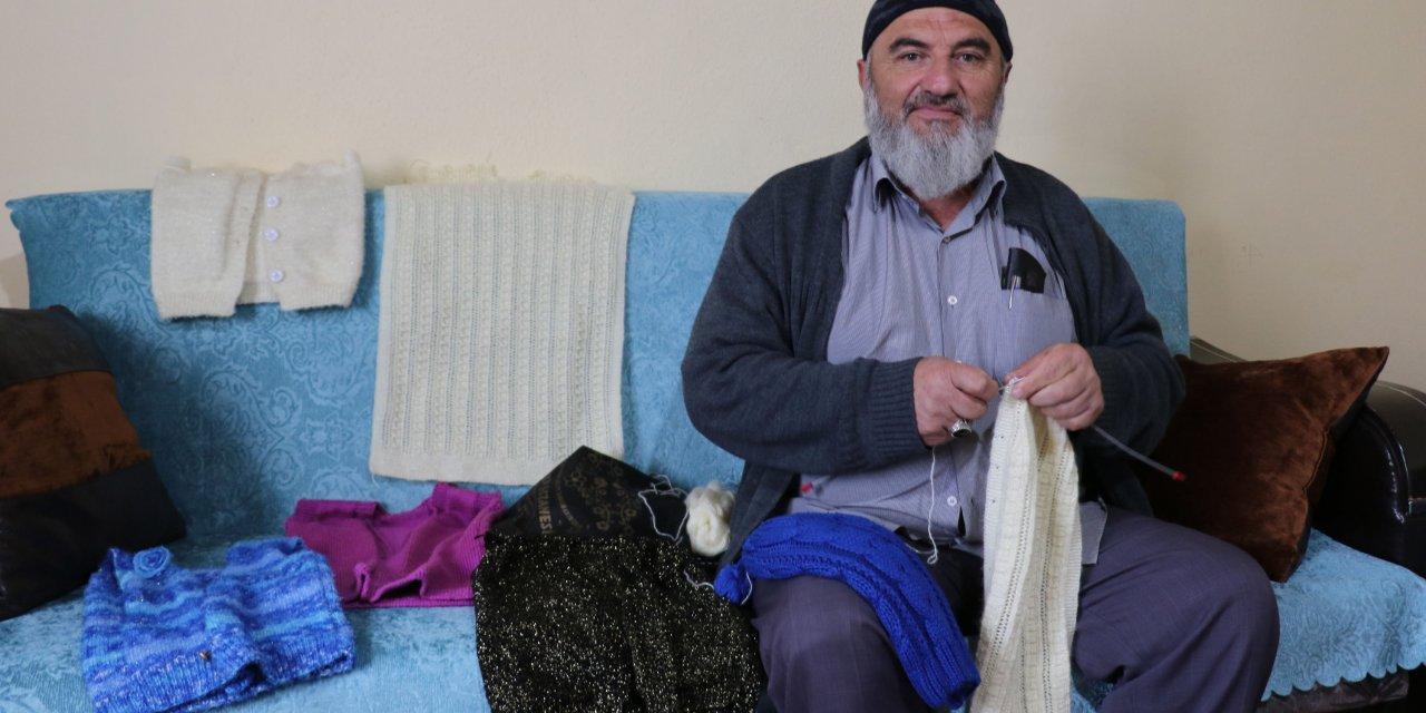 Evden çıkamayan 67 yaşındaki adam, kazak örüyor