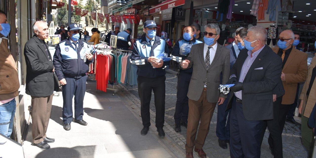 Amasya Belediyesi vatandaşa maske dağıtılıyor