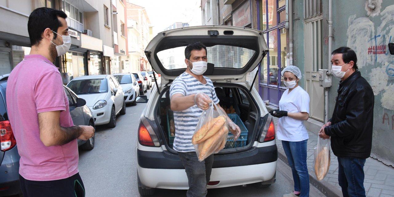 Eskişehir'de boş kalan sokaklarda ekmek satışı başladı