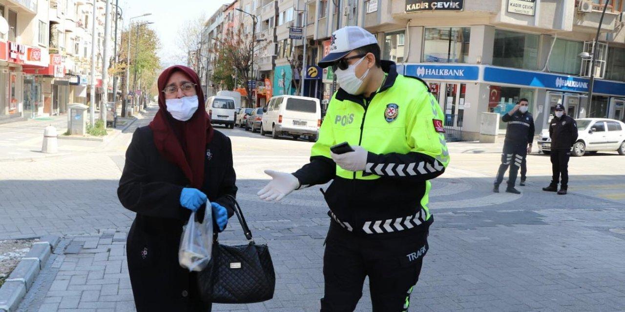 Kendisine yardımcı olan polislere tatlı ikram etti