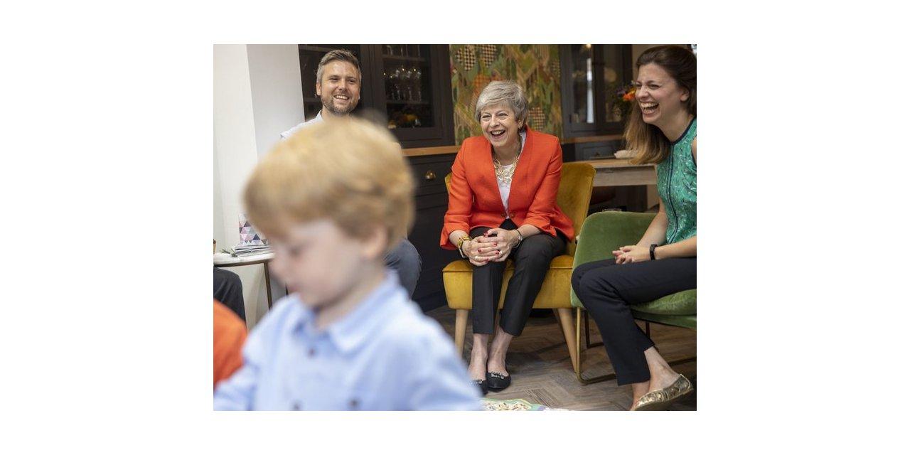 Eski İngiltere Başbakanı Theresa May market kuyruğunda