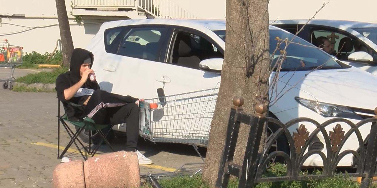 Çözümü Caddebostan sahiline park ettikleri otomobillerinde oturmakta buldular