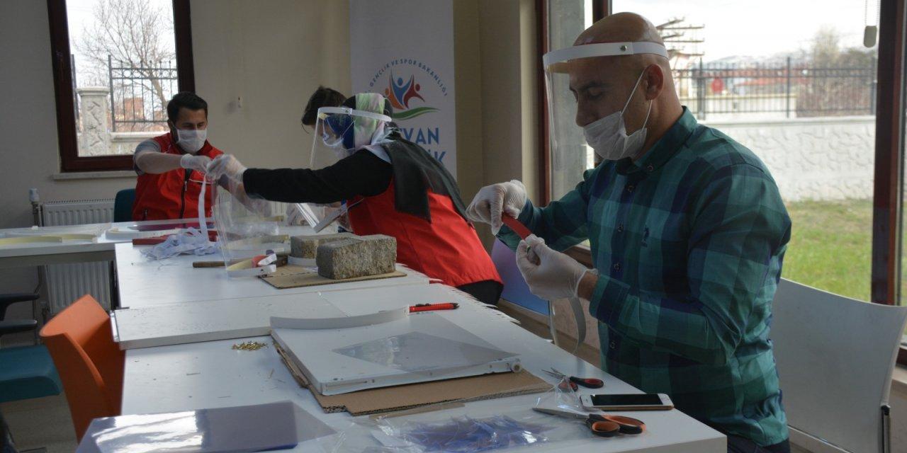 Gönüllü gençler, sağlık çalışanları için siperlik üretiyor
