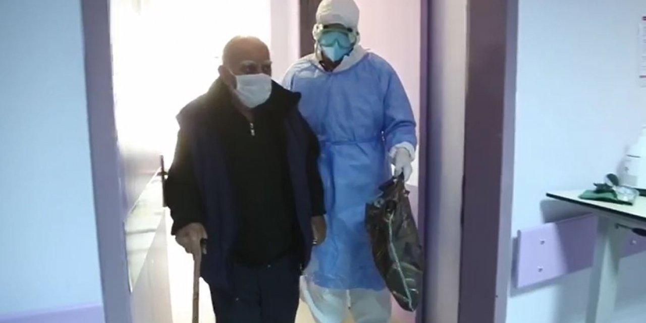 Tunceli'nin 84 yaşındaki ilk korona hastası alkışlarla taburcu oldu
