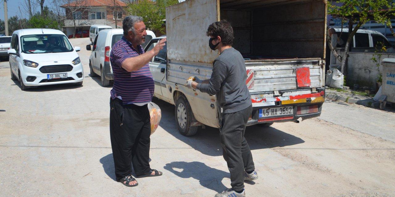 Balıkesir'de fırıncılar ekmek dağıtımı yaptı
