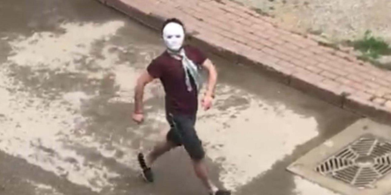 Yasakta sokağa maskeyle çıkıp gezdi