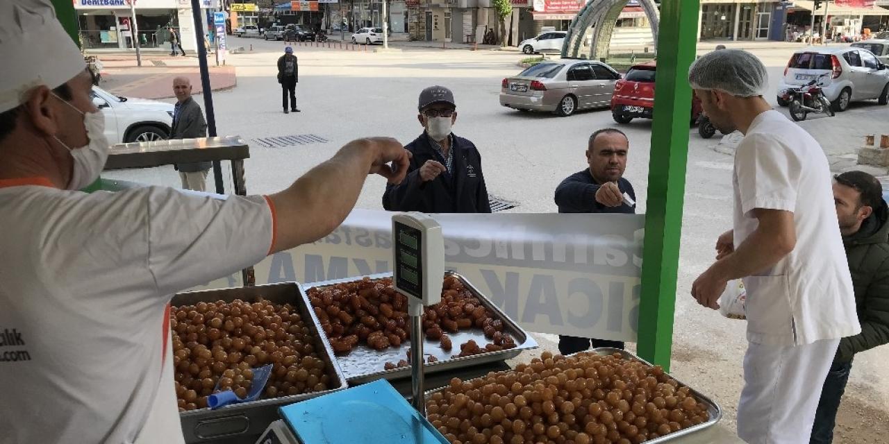 Bucak'ta Ramazan ayının vazgeçilmezi lokma tatlısı