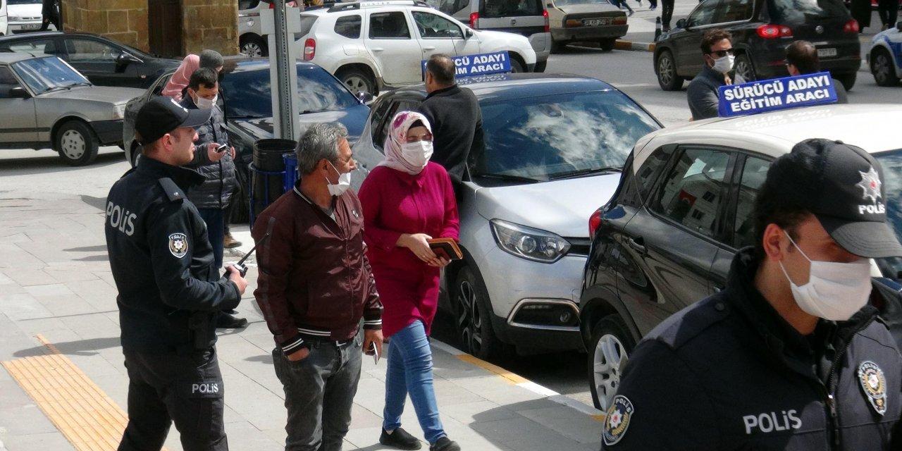 Yozgat'ta polislerden sosyal mesafe uyarısı