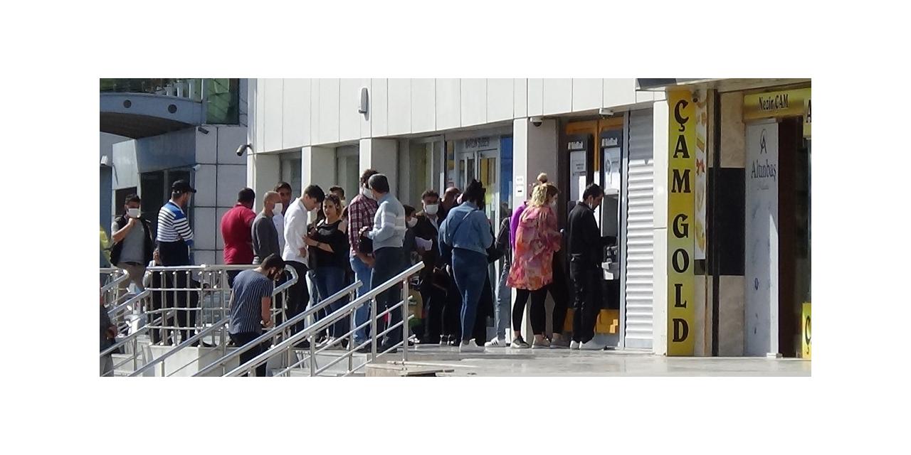 Mardin'de ATM önünde oluşan kuyrukta sosyal mesafe hiçe sayıldı