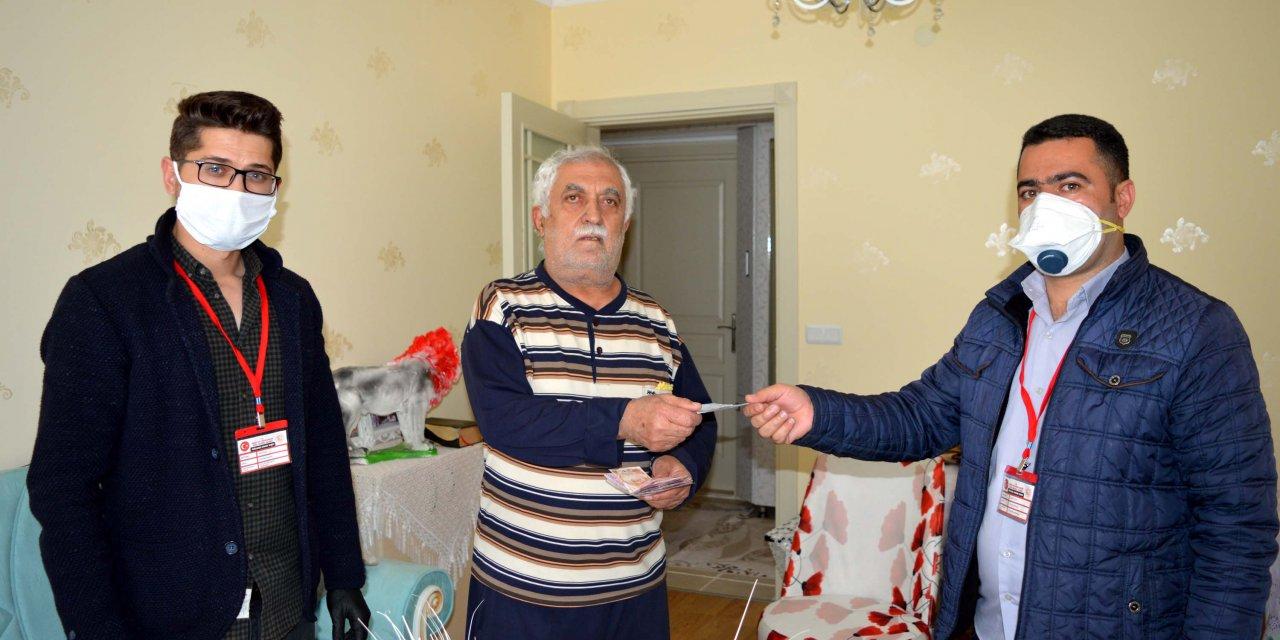 Emekli maaşını evinde alan Keleş, kampanyaya 100 TL bağışta bulundu