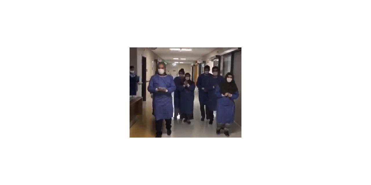 Elazığ'da, 6 kişilik aile koronavirüsü yenip, alkışlarla taburcu oldu