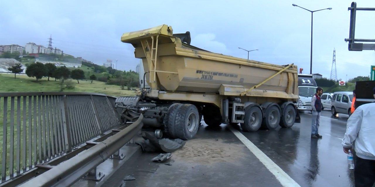 (Geniş Haber) TEM Otoyolu'nda hafriyat kamyonu bariyerlere çarptı: 3 yaralı