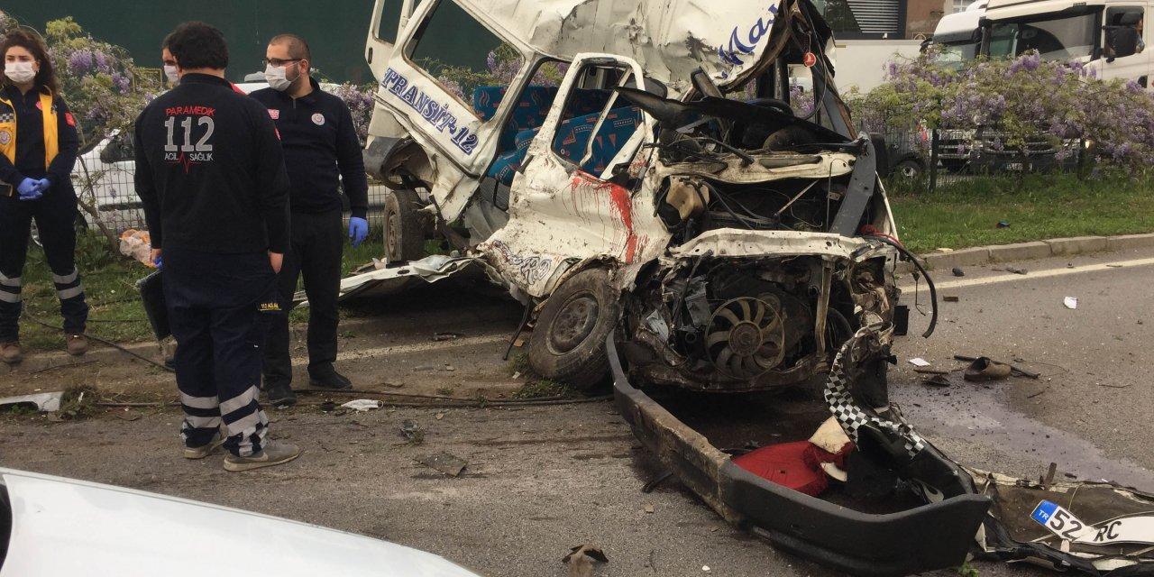 TIR'ın çarptığı minibüsün sürücüsü öldü