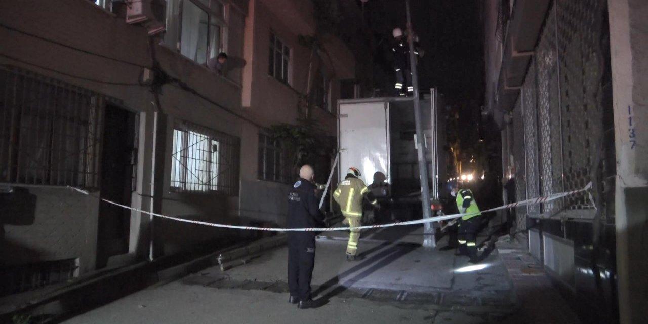 Freni boşalan kamyon doğal gaz kutusu, elektrik direği ve araçlara çarptı