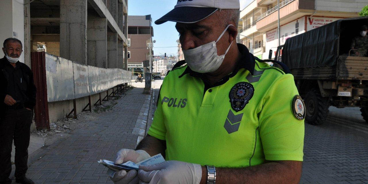 Polis, banka önünde bulduğu paranın sahibini arıyor