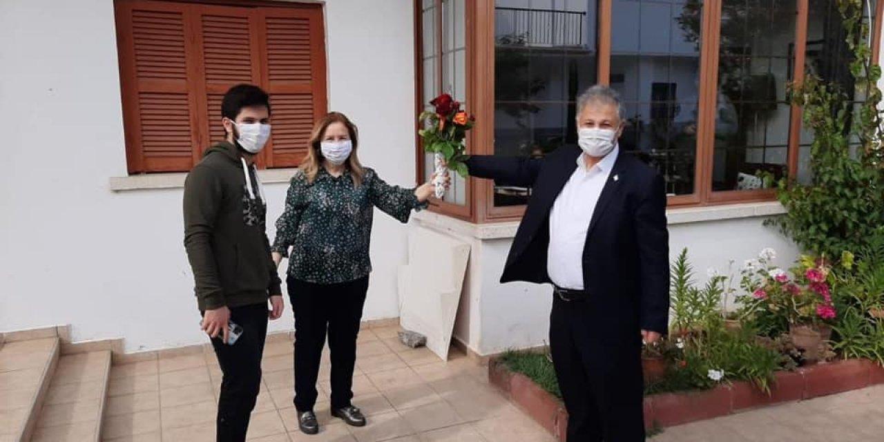 KKTC Sağlık Bakanı 7 haftadır ayrı kaldığı eşine doğum günü sürprizi yaptı