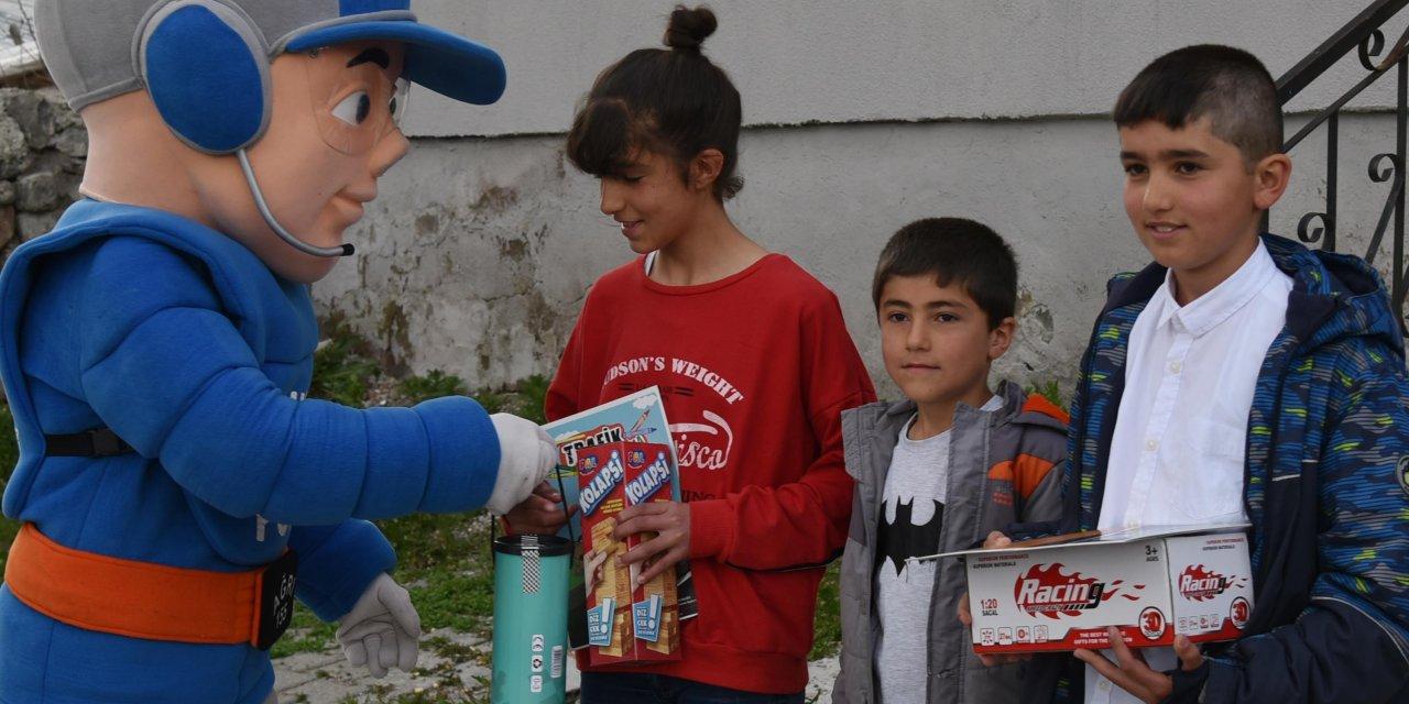 'Kanka Polis'ten evde kalan çocuklara hediye