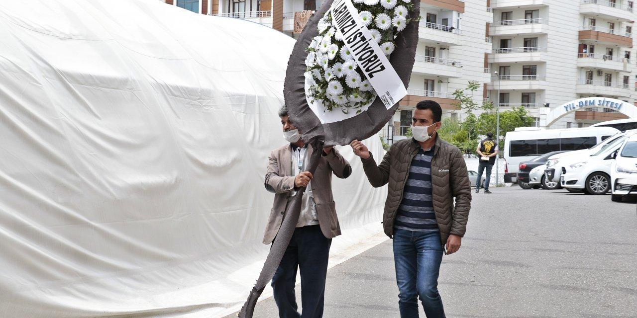 Evlat nöbetindeki baba, HDP binası önüne siyah çelenk bıraktı