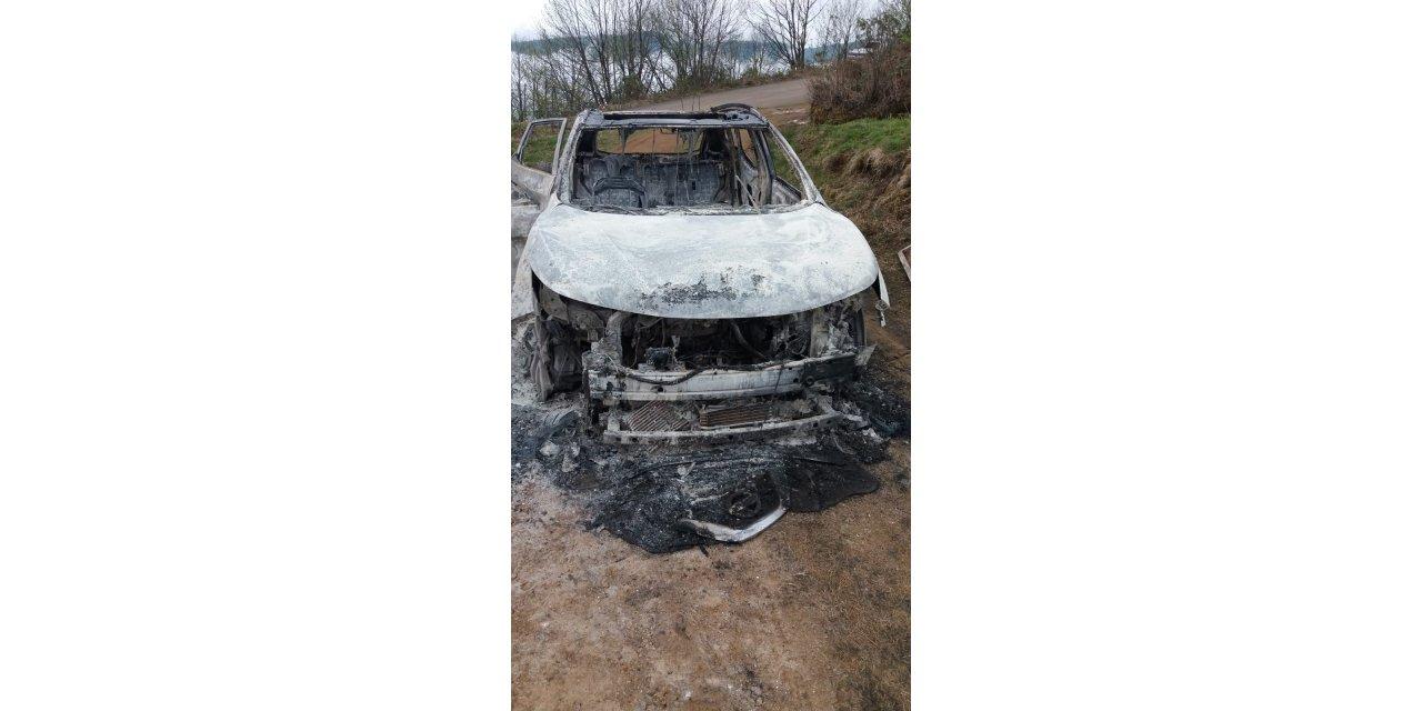 Yanan otomobilde tabancayla vurulmuş cesedi bulundu