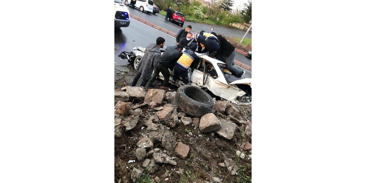 Yağış nedeniyle kayganlaşan yolda otomobil istinat duvarına çarptı: 1 ölü 2 yaralı