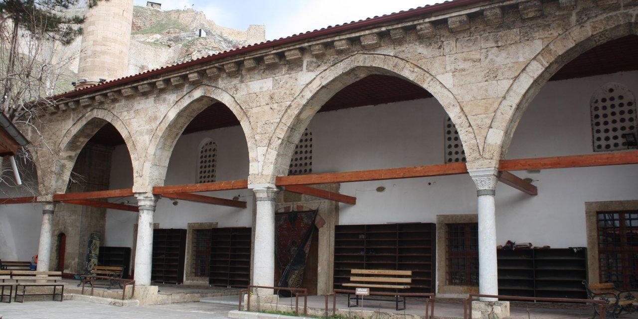Tokat Ulu Camii, iki son cemaat yeri ve kuş evi ile dikkat çekiyor