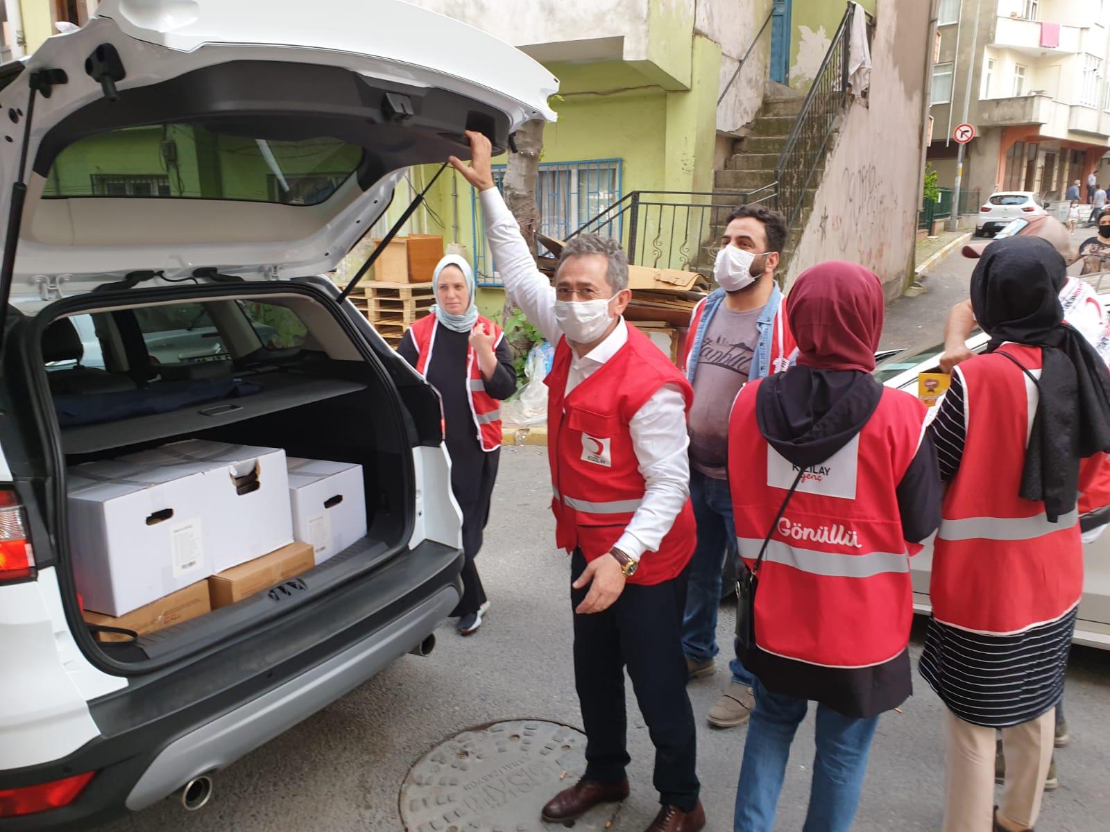 Pendik Kızılay gönüllüleri pide ve kurabiye dağıttı