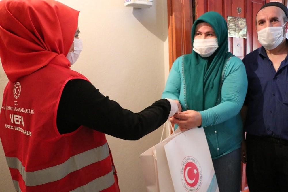 Sultanbeyli'de koruyucu ailelere ve çocuklarına bayram sürprizi