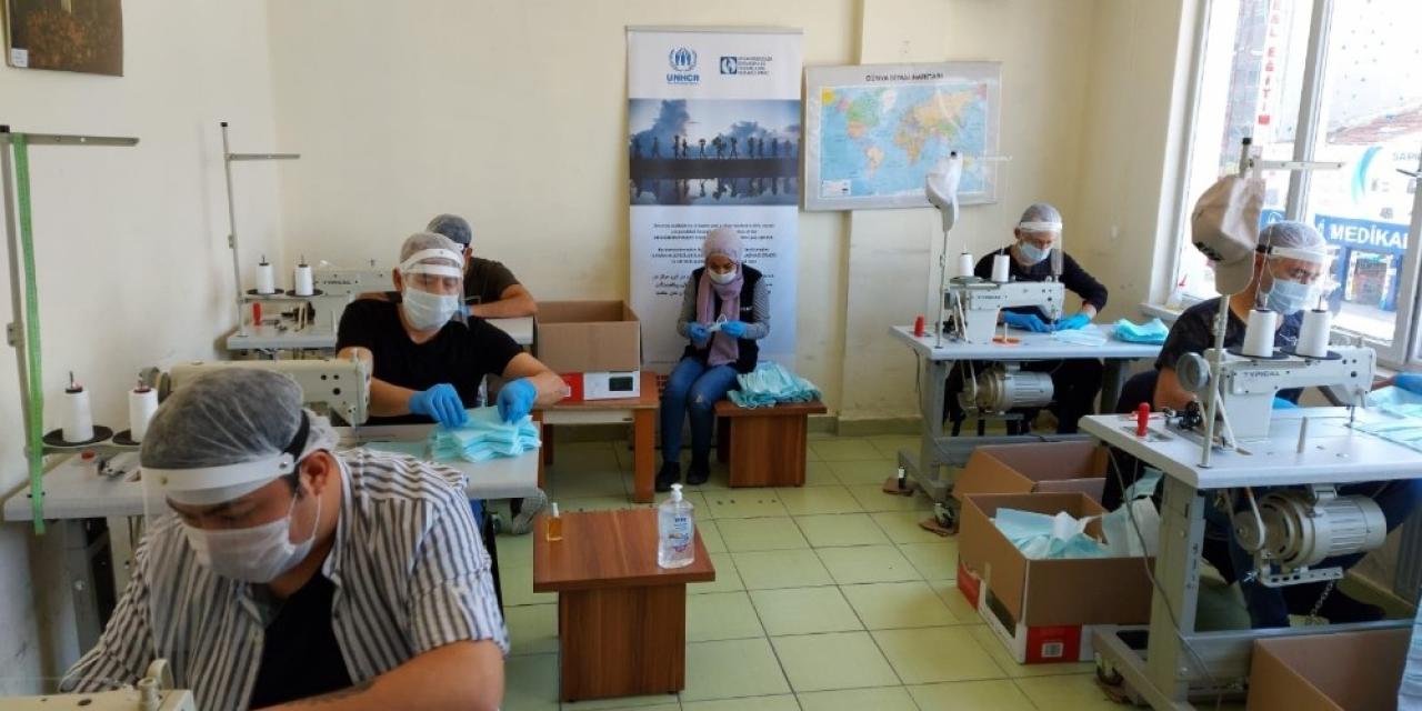 Afgan sığınmacılar gönüllü olarak maske üretiyor