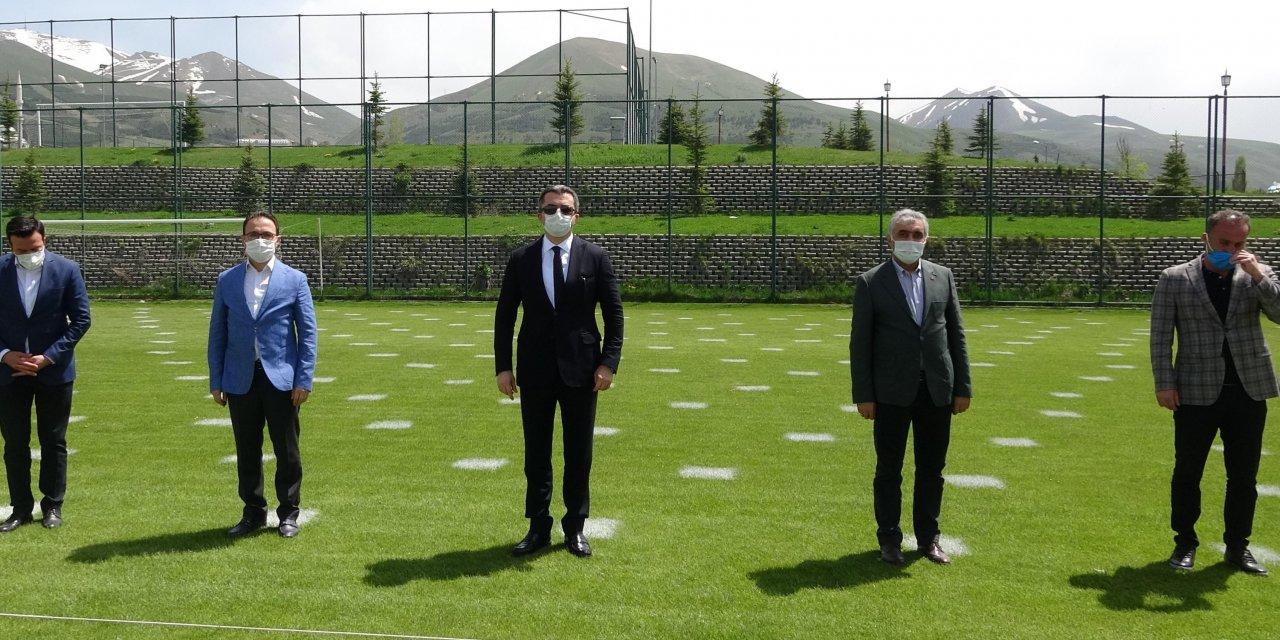 Erzurum'da yeşil sahalar cuma namazına hazırlanıyor (2)