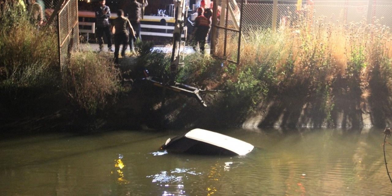 Kanala düşen otomobilin sürücüsü buhar oldu